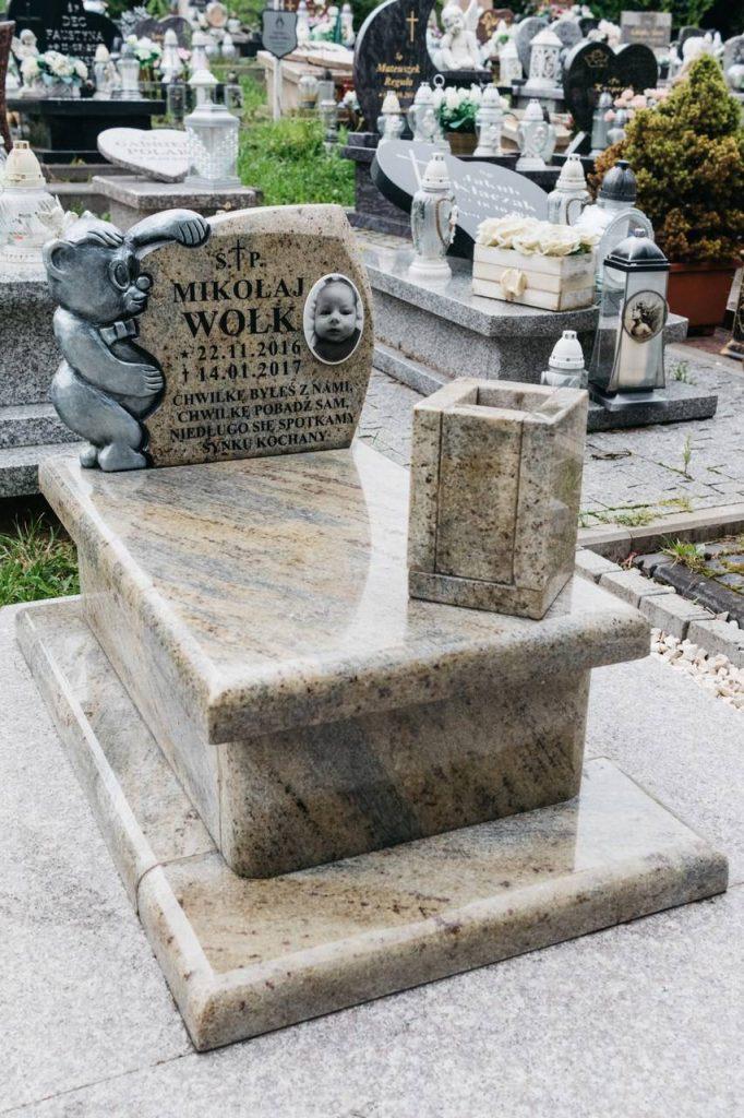 nagrobki dziecięce w kolorze kashmir na cmentarzu w Rzeszowie