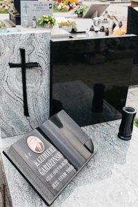 Krzyż aglomarmurowy czarny oraz czarna książka granitowa na białym nagrobku urnowym viscount white