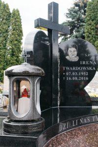Krzyż czarny granitowy pośrodku czarnej tablicy w kształcie serca oraz lampion granitowy czarny