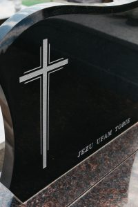 Krzyż piaskowany na czarnej tablicy granitowej