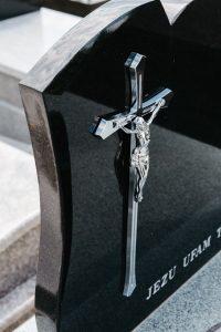 Krzyż ze stali nierdzewnej na czarnej tablicy granitowej
