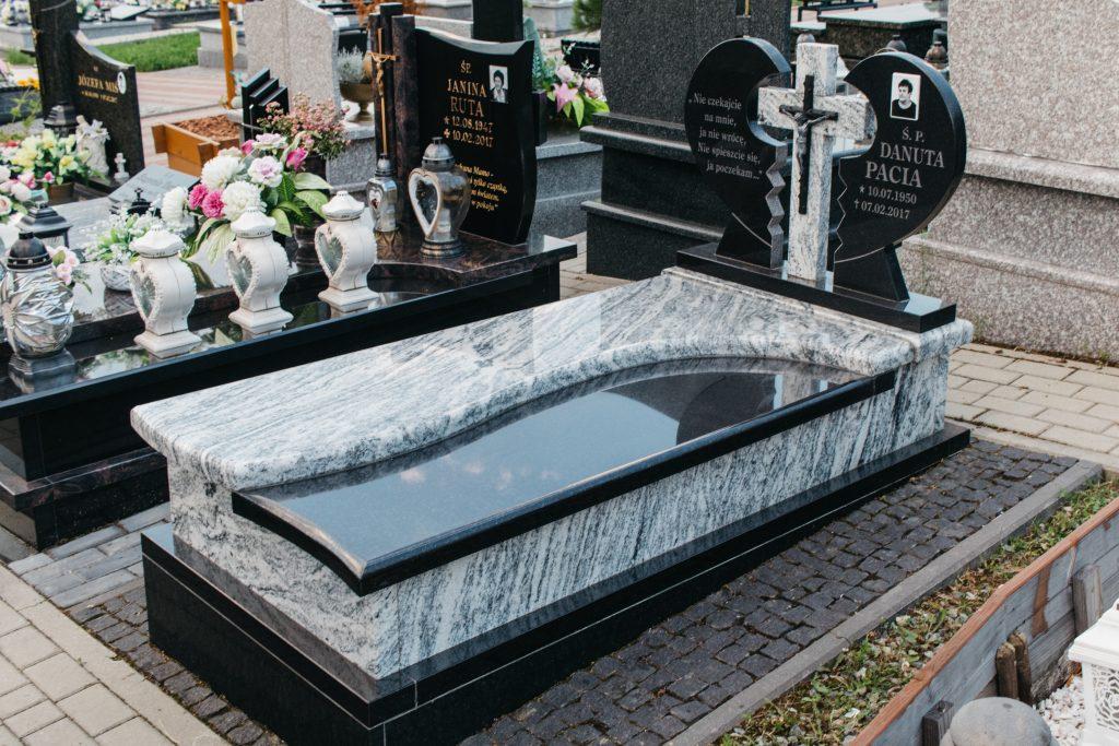 Nagrobek granitowy pojedynczy biało czarny viscount white i premium black z tablicą w kształcie serca