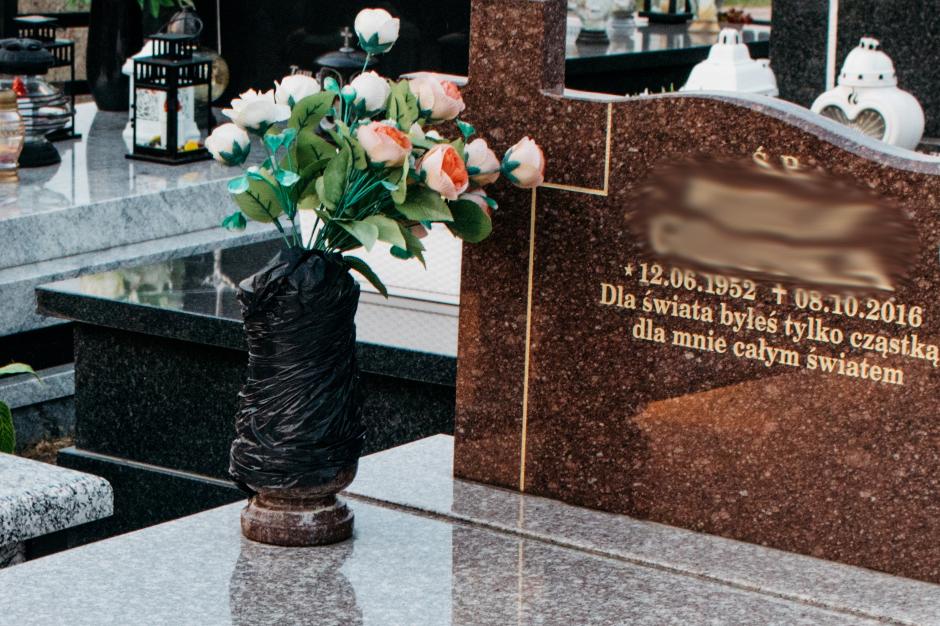 wazon na pomnik granitowy tołkowski zabezpieczony